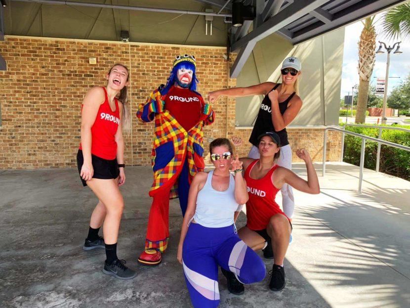 Payaso Pikorete en el 9Round Summer Sunrise Fitness Boot Camp en Oviedo Fl