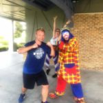 Payaso Pikorete en el 9Round Summer Sunrise Fitness Boot Camp en Oviedo Fl