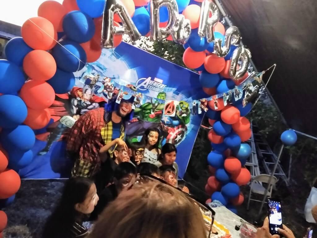 Payaso Pikorete en Ocoee Fl en Cumpleaños de Anderson con la Muñequita Pompita Mesa del Bizcocho